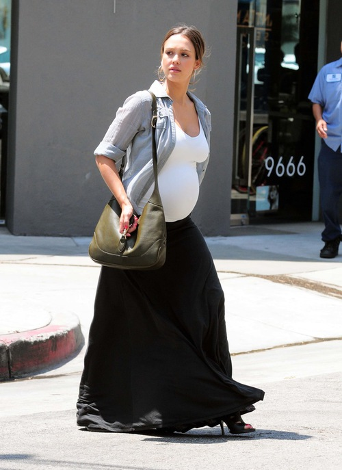 Jessica Alba Does Some Shopping For Baby Supplies